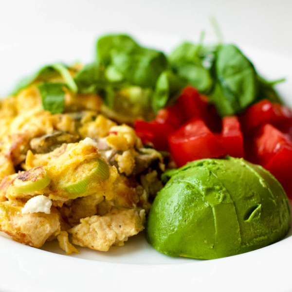 Foods to Eat on a Low-Carb Vegetarian Diet - plate with cooked eggs omelette, sliced avocado, baby spinach and bell peppers
